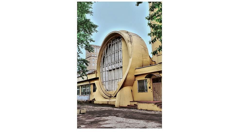 Самой главной потерей для гаража Госплана стало исчезновение дымовой трубы, игравшей важную композиционную роль в фасаде здания - она соединяла воедино все элементы здания. Когда это произошло - неизвестно, но на фотографии 1957 года труба уже отсутствует. И, конечно же, вид на гараж портят огромные деревья, закрывающие собой его фасад.
