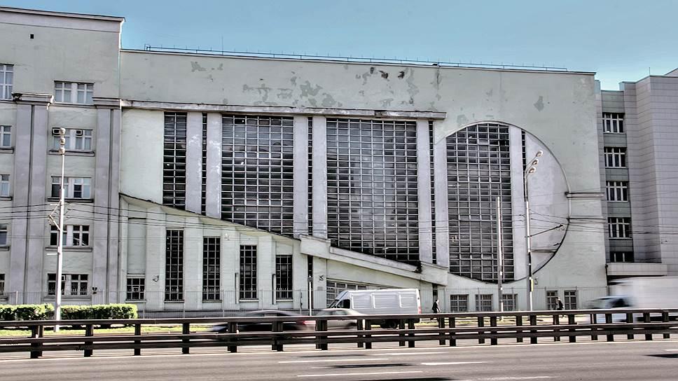 """Доминантой фасада стала диагональ, рисующая знак бесконечности. """"Путь туриста изображен бесконечностью, - писал Константин Мельников, - начиная его с размаха кривой и направляя его быстрым темпом вверх в пространство"""". В верхней части должен был находиться еще и логотип ВАО """"Интурист"""", от которого пришлось отказаться из-за передачи гаража в ведение НКВД. Левая половина здания также переделана под неоклассический стиль, противоречащий первоначальному замыслу Мельникова."""