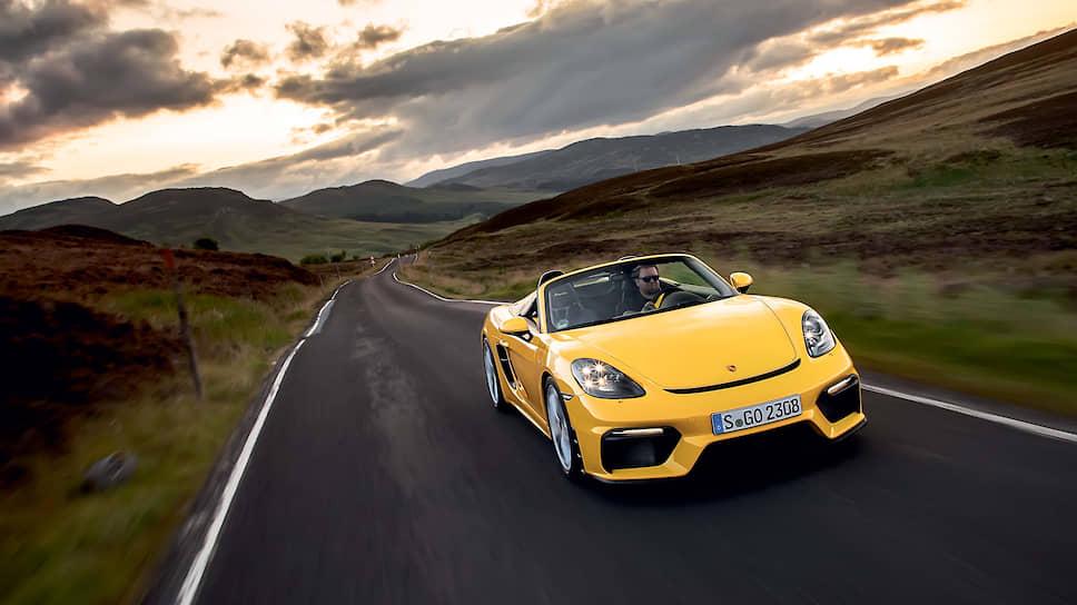 Новый 718 Spyder продолжает историю знаменитых родстеров Porsche 550 Spyder и 718 RS 60 Spyder. Технические характеристики новинки полностью идентичны купе GT4, кроме двух нюансов: максимальная скорость спайдера на 3 км/ч ниже и, в отличие от GT4, заднее антикрыло не фиксированное, оно автоматически выдвигается при скорости 120 км/ч.