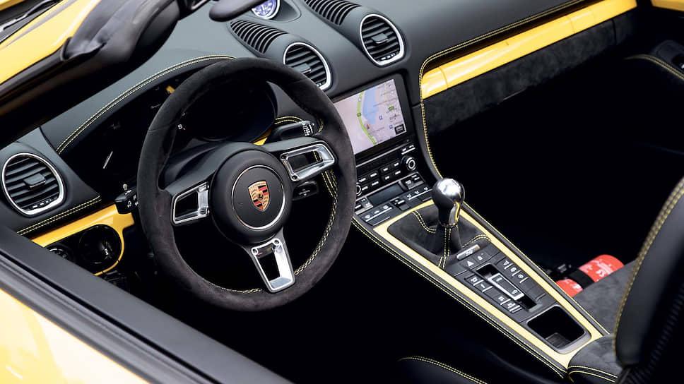 Впервые 718 Spyder получил полноценную подвеску GT от 718 Cayman GT4. Ее конструкция была заимствована у Porsche 911 GT3, а значит, если речь зайдет о маневренности и удовольствии от вождения, то обоим 718-м просто нет равных.