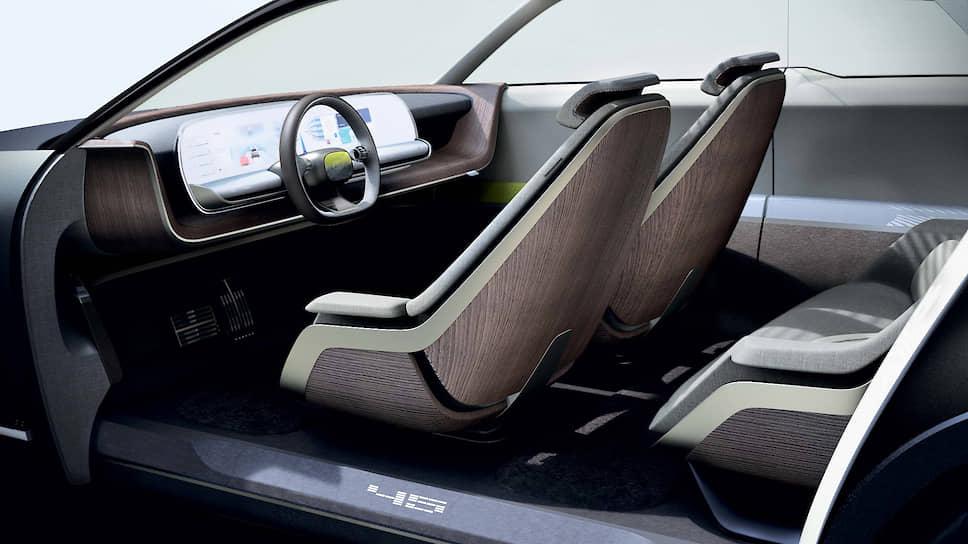 Концепт-кар, конечно же, предполагает движение в автономном режиме. Поэтому дверные карманы в салоне – прозрачные, чтобы пассажиры сразу могли отыскать в них свой планшет или книгу.