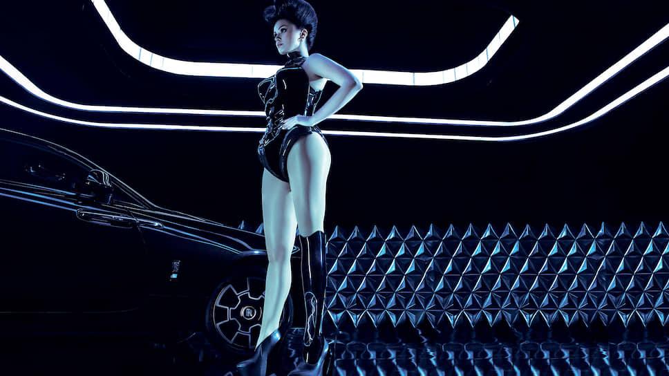 Модеста использует несколько причудливых протезов – один, например, как длинный черный шип. Вот и для клипа создали особенный полупрозрачный электрифицированный механизм «Лестница Иакова», в котором сверкают молнии. Как и в случае с костюмом, использовали углерод и специальную черную краску Black Badge.