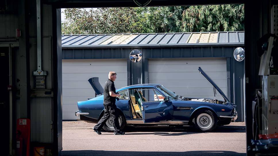 Во дворе завода, где реставрируют или восстанавливают старые и не очень Aston Martin, можно встретить поистине уникальные экземпляры. Обратите внимание на зеркала, что над каждыми воротами.