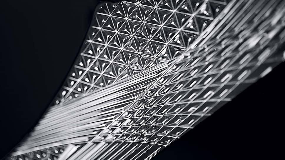 Несмотря на кажущуюся хрупкость стекла, выполненного с использованием технологии «кирико», оно проходит обработку с применением особой технологии армирования, которая обеспечивает необходимую степень надежности.