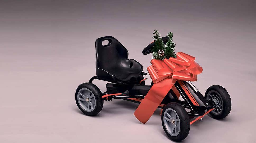 Для самых удачливых малолетних адептов марки добрый MINI Дед Мороз приготовил кое-что покруче – трехколесный MINI Tricycle и John Cooper Works Go-Kart в настоящих гоночных цветах, то есть черно-красных. Карт рассчитан на детей от трех лет, положение сиденья можно регулировать по мере роста гонщика. Шасси из прочной стали и алюминия обеспечивает маневренность на поворотах, а ручной тормоз – спортивное торможение.
