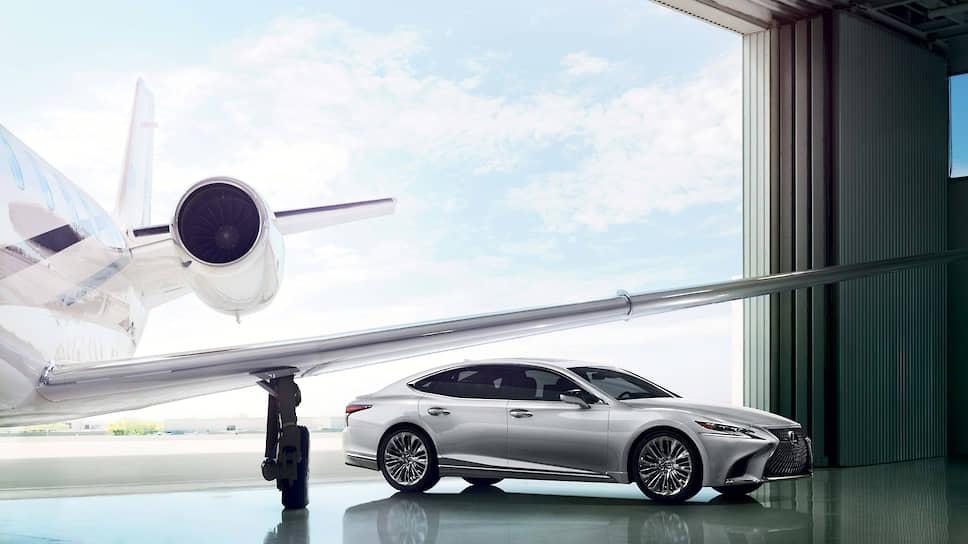 Дизайнеры Lexus использовали все преимущества новой платформы LS с более низким профилем и длиной, не уступающей престижному седану с удлиненной колесной базой. По сравнению с предыдущей моделью актуальное поколение LS ниже на 15 мм, а капот и багажник ниже, соответственно, примерно на 30 мм и 41 мм.