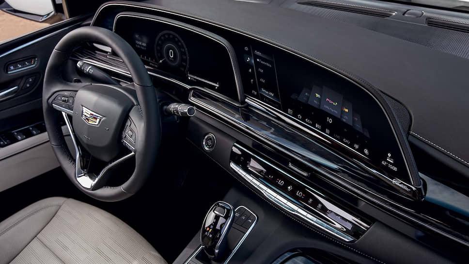Пневматическая подвеска обеспечивает постоянное автоматическое выравнивание уровня пола и регулировку высоты дорожного просвета на всех четырех углах кузова. При движении по автомагистрали система автоматически уменьшает высоту дорожного просвета для улучшения аэродинамики. Кроме того, водитель может с помощью настроек уменьшить дорожный просвет на 51 миллиметр для облегчения посадки или, наоборот, «поднять» машину на 25 миллиметров при движении по бездорожью.