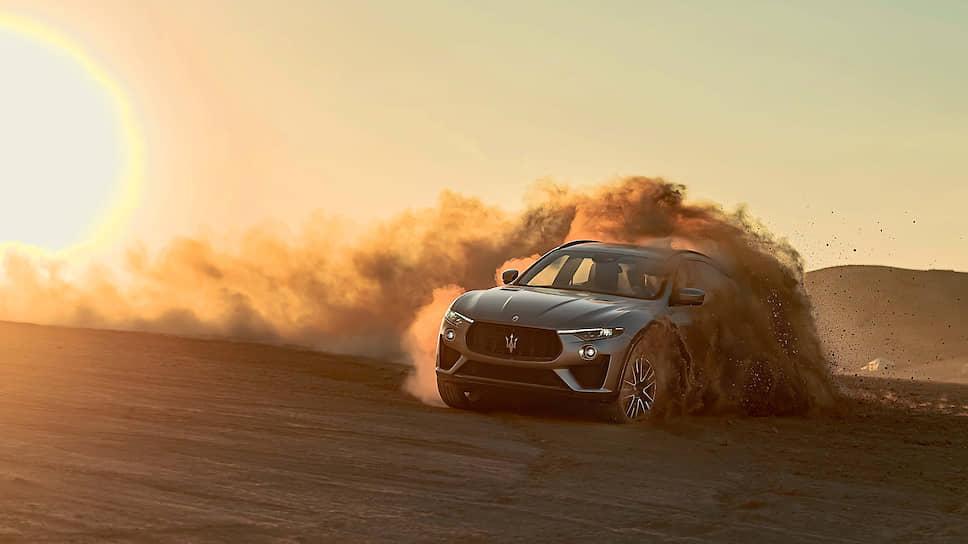 Чтобы рисовать бублики на каменистом грунте марокканской пустыни, организаторы оклеили кузов Trofeo, крашенный эксклюзивным матовым колером, специальной пленкой.