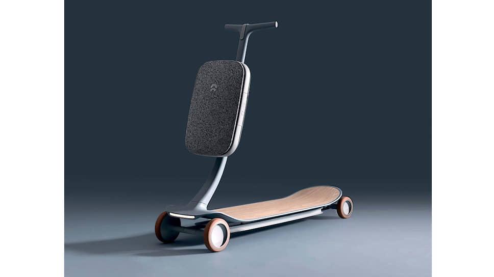 Рулевая стойка складывается, так что электросамокат спокойно помещается в багажник или в салон, вешается на крючок, возится как сумка-тележка. Съемная батарея, больше похожая на диванную подушку, имеет лямку для переноски на плече и удобна для подзарядки в помещении.