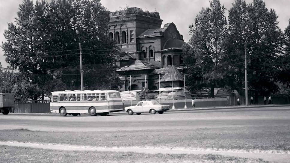Здание бывшей Тихвинской церкви в семидесятые годы. Справа виден дом № 6 по Гражданскому проспекту, а на месте обеих церквей сейчас стоит дом № 4, построенный в 1995 году. Грузовик, автобус и легковушка в левой части кадра едут по проспекту Непокоренных.