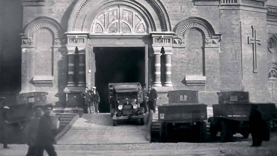 Гараж был устроен в Александро-Невском соборе города Царицын, ныне носящего название Волгоград. В конце двадцатых годов там квартировали грузовые автомобили, а в 1932 году собор был взорван. В 2016 году началось его воссоздание, которое продолжается до сих пор.