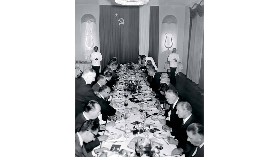 Прием советской делегации в Италии. Кроме блюд, на столе расставлены и разноцветные модельки FIAT-124 – главного предмета переговоров.