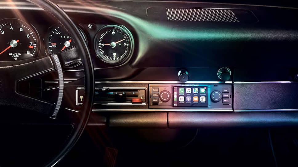 Новая система безупречно интегрируется в атмосферу салона классических спорткаров. Уже установленные в автомобиле периферийные устройства, такие как усилитель или динамики, могут использоваться без ограничений. Есть и плохая новость: PCCM поставляться в Россию не будет.
