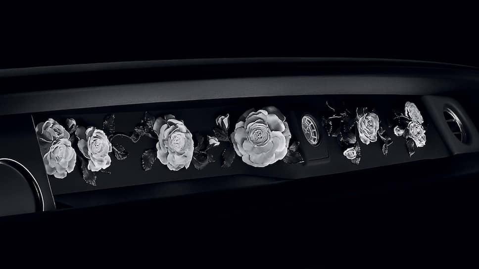 Автомобиль был построен в 2017 году. Но сегодня о нем вспомнили потому, что заказчик розария внутри машины участвовал в знаменитом цветочном шоу в Челси.