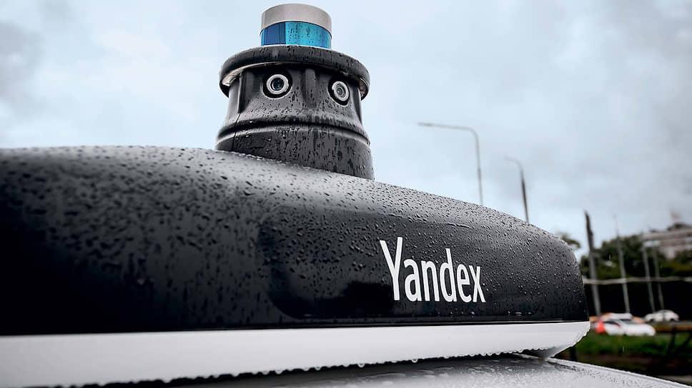 Лидары отличаются от радаров тем, что работают в оптическом диапазоне электромагнитных волн. В наше время они основаны на лазерах, лучи которых меньше рассеиваются в окружающей среде, чем обычный свет, – настолько мало, что лазерными лидарами мерили расстояние до Луны! Есть разные технологии устройства лидаров, и «Яндекс» использует две из них. Основной лидар, который обеспечивает обзор на 360 градусов, – электромеханический, и в нем 32 лазера непрерывно сканируют пространство, как своеобразные лазерные рулетки. У трех других по 16 лазеров и угол охвата у них меше – 180 градусов.