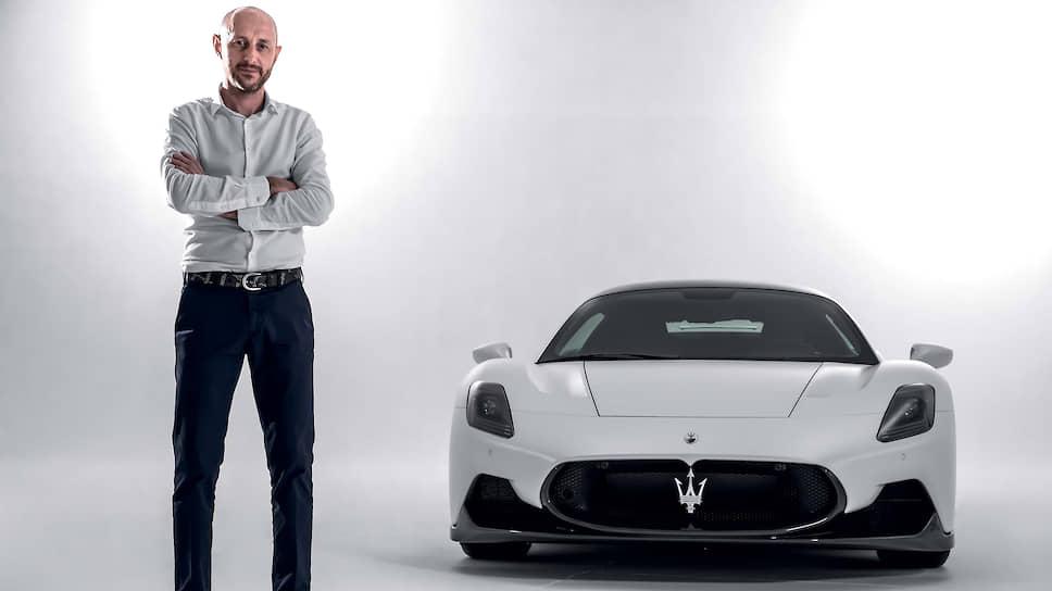 Этот человек – Джованни Риботта, руководитель дизайна экстерьера. Ранее Риботта занимался экстерьером знаменитого уже кроссовера Maserati Levante. Облик МС20 интернациональный, в деле участвовали не только итальянские стилисты, но также их коллеги из Франции, Японии и Аргентины, объединенные «итальянским духом».