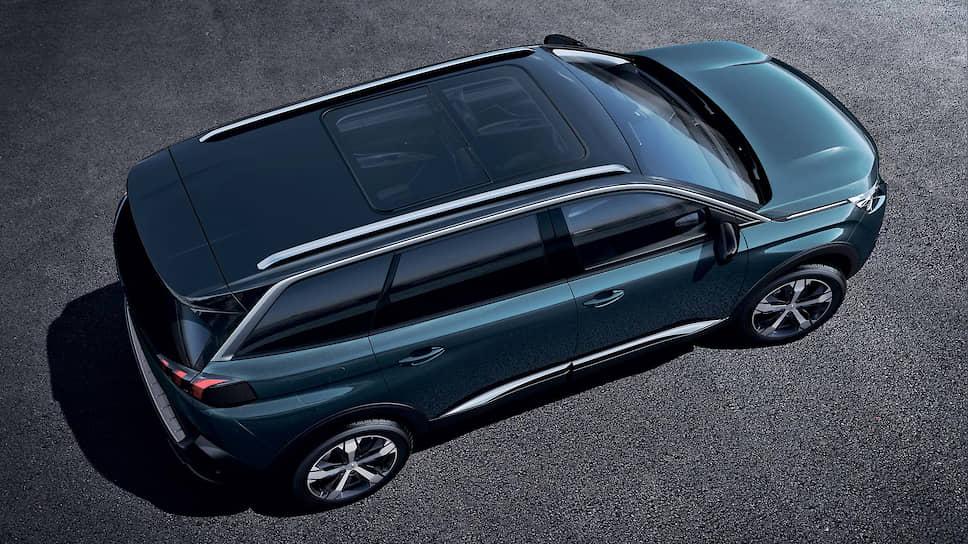 Дизайн Peugeot 5008 запоминается с первого взгляда. Хромированная отделка, алюминиевые рейлинги, глянцевая черная крыша Black Diamond, но главное – это когти льва на задних фарах.