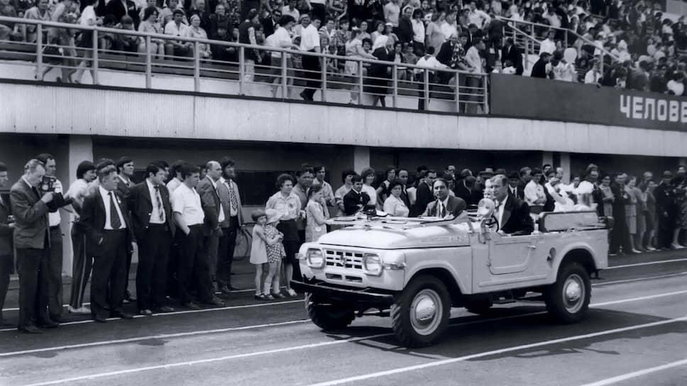 Вариант с закрытым кузовом получил индекс 416. В 1959 году было изготовлено пять экземпляров как с металлическими, так и с пластиковыми съемными крышами. Задние сиденья в «Москвичах» модели 416 установили продольно, что позволило разместить четырех человек вместо двух.