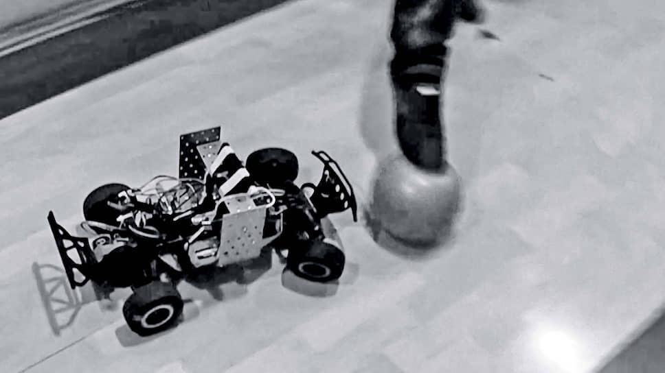 Первый прототип отечественной беспилотной машинки умел «играть в футбол».
