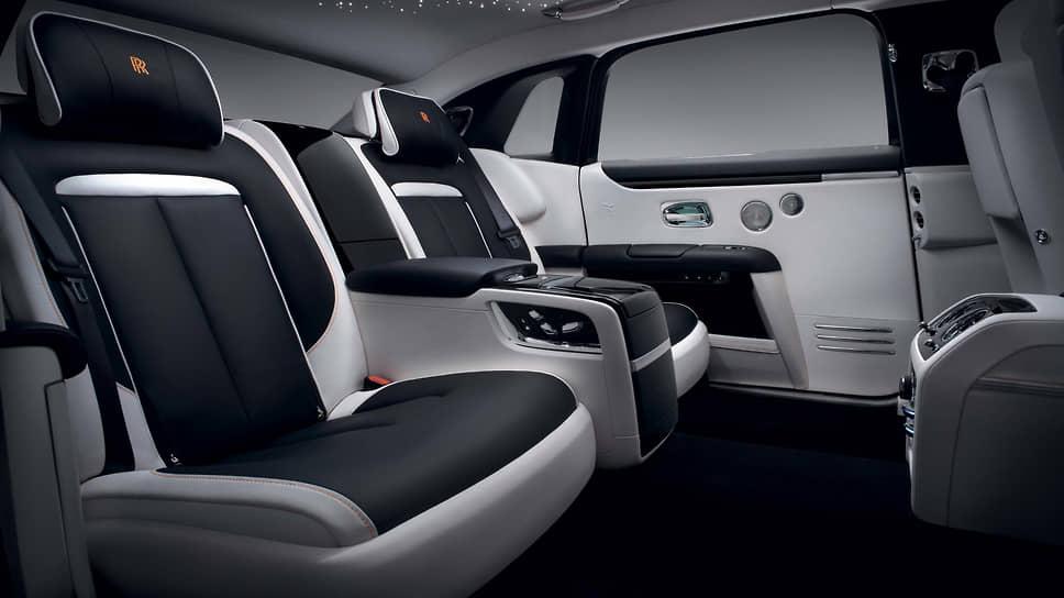 Пространство в Rolls-Royce Ghost Extended позволяет жить. И специальный холодильник с шампанским тому в помощь.