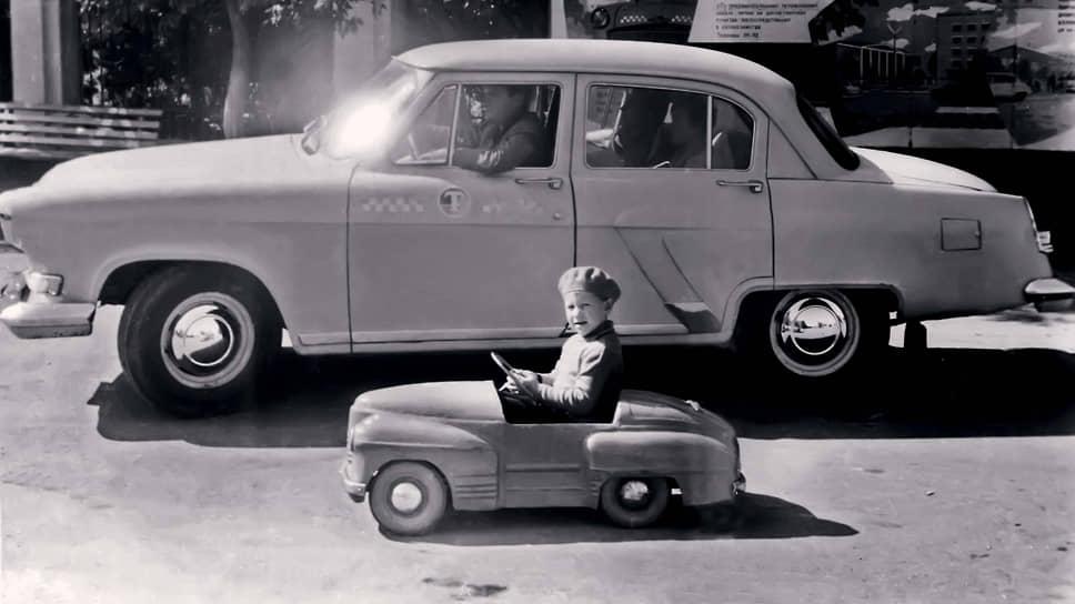 Иногда модели педальных машинок отставали от настоящих. Так, похожий на «Победу» автомобильчик «Урал» начали выпускать в 1957 году, когда уже появилась «Волга» ГАЗ-21.