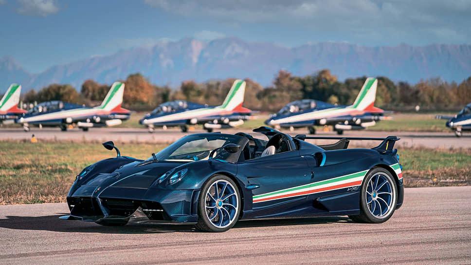 Дизайнеры Pagani постарались максимально насытить экстерьер и интерьер спецверсии всевозможными аллюзиями на тему учебно-боевого самолета Aermacchi MB-339PAN, на которых выступает пилотажная группа.