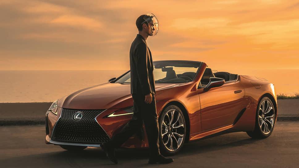 Открытая версия Lexus LC500 была представлена в 2019 году на автосалоне в Лос-Анджелесе. На открытие мягкого складного верха, который может быть либо черного, либо бронзового цвета, уходит 15 секунд. Опустить на лицо защитное забрало, покидая автомобиль, можно куда быстрее. И самому стать кем-то похожим на LC500.