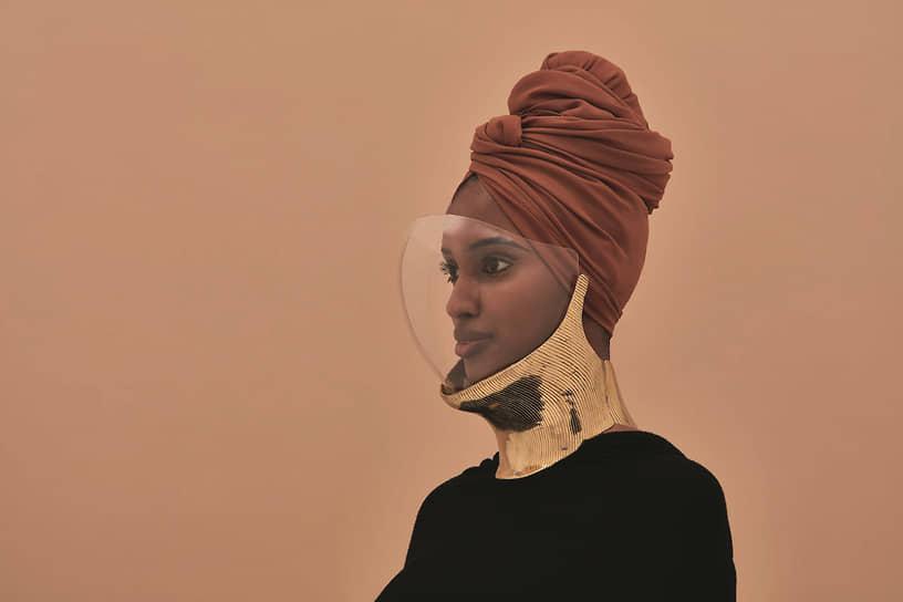 В головных уборах от Ошиново и Амуа можно найти что-то и от шлемов древнеримских легионеров, и от космических скафандров, и от традиционных обручей, удлиняющих шеи женщин южноафриканского народа ндебеле.