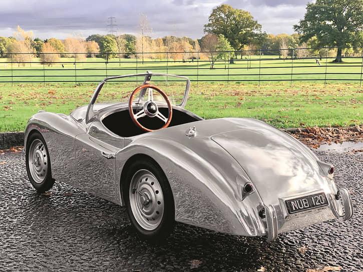 Руль расположен в центре, поскольку машинка рассчитана на одного ребенка. По центру салона для большей правдоподобности установлен «рычаг» переключения передач, а в «хвосте» Jaguar ХК120 сделан настоящий багажник.