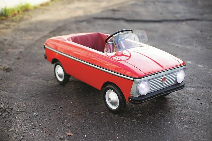 В нашей стране тоже делались педальные машинки для детей, конечно же, по образцу отечественных моделей. Например, «Москвич», внешне напоминающий модель 408. В хорошем состоянии такой «Москвич» может сегодня стоить до 200 000 рублей.