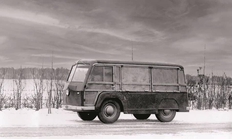 «Большой» НАМИ-751 отличался от НАМИ-750 еще и подфарниками от «Победы», а также бамперами другой конфигурации.