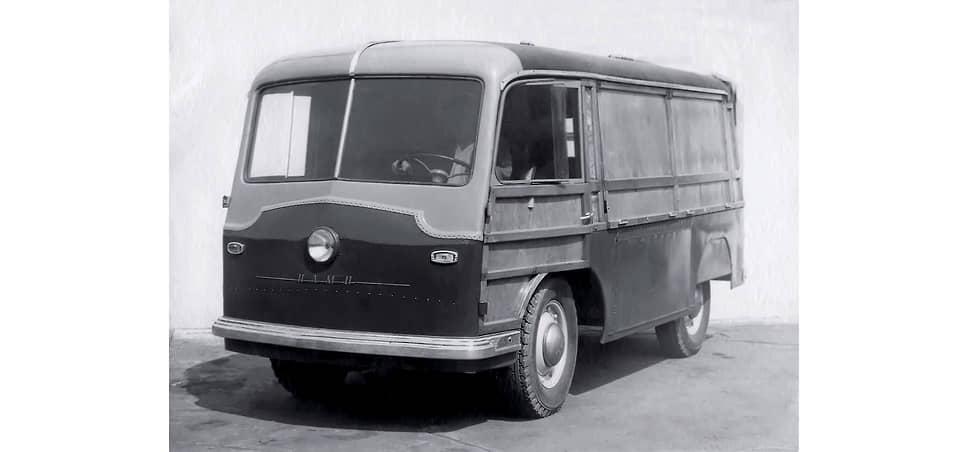 Экспериментальные грузовые электромобили НАМИ-750 и НАМИ-751 отличались оформлением передней части: у первого шильда с аббревиатурой НАМИ была закреплена над фарой, у второго – под фарой (на фото).