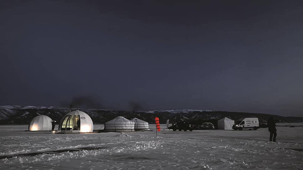 Ломаные бока иглу, установленных прямо на лед, с горящими огнями внутри, чем-то даже напоминали автомобили Lamborghini с включенными фарами.