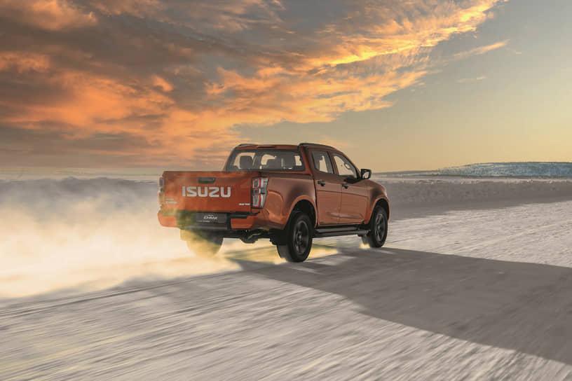 В скором времени состоится премьера версии AT35 от исландской фирмы Arctic Trucks. Такой D-Max будет иметь клиренс в 290 мм, злые шины для офроуда, усиленную подвеску, элементы защиты, лебедку и шноркель. Важно, что АТ35 сохраняет фирменную гарантию Isuzu.