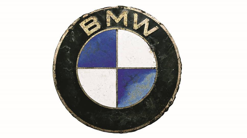 Накапотная эмблема BMW с прямым шрифтом без засечек – признак того, что она украшала капот автомобиля, построенного во второй половине ХХ века.