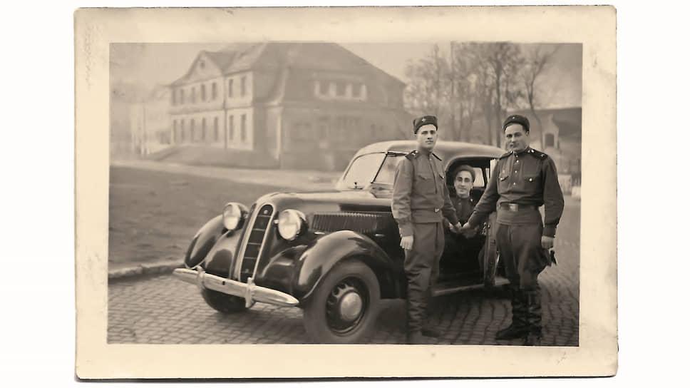 Три красноармейца на фоне BMW 321 – артиллеристы, что можно определить по эмблеме рода войск на погонах. Судя по фону, снимок, скорее всего, сделан в Германии.