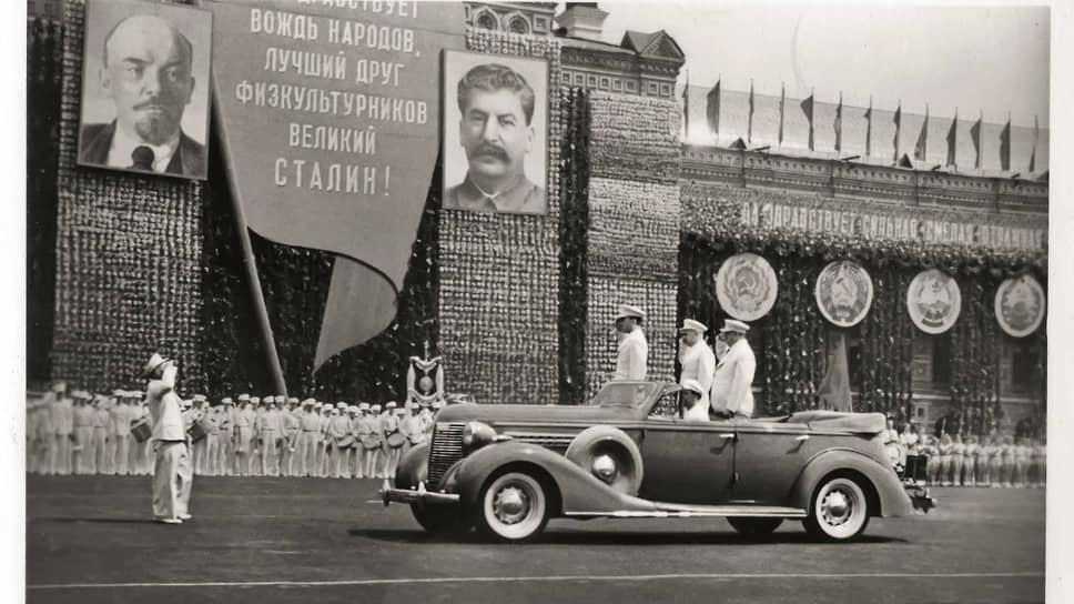 На популярных в сталинские годы парадах физкультурников открытые автомобили присутствовали всегда: сначала это были иностранные «Бьюики» и «Паккарды», а затем советский ЗИС-102.
