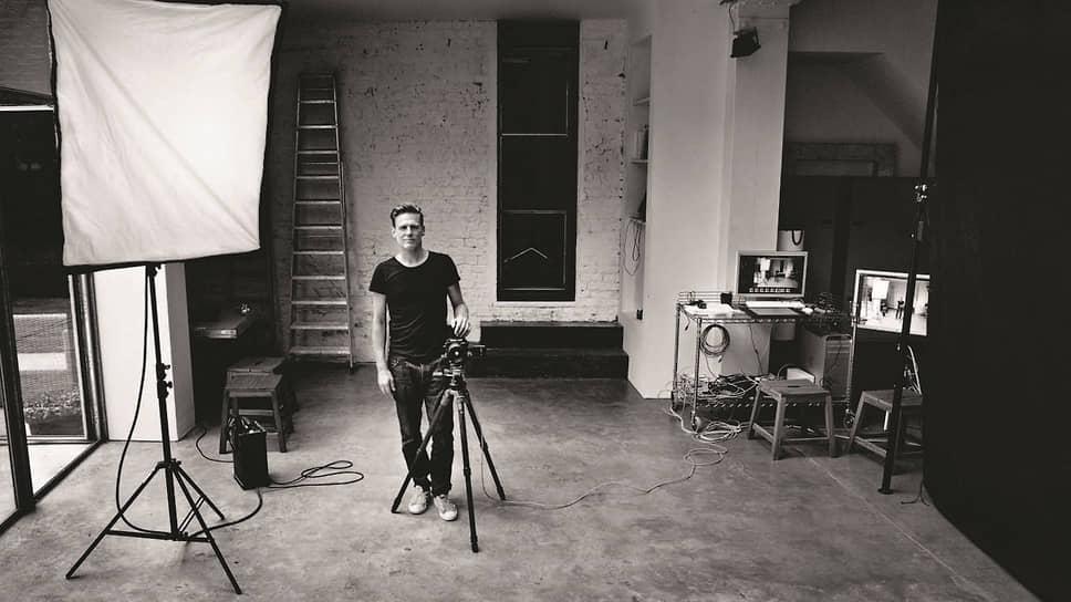У Адамса вышло несколько фотоальбомов: «Американские женщины» (2004), «Разоблаченные» (2012), «Раненые: наследие войны» (2014) и «Бездомные» (2019)