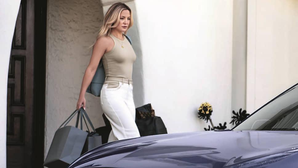 Считается, что Кейт Хадсон прославила комедия «Избавиться от парня за 10 дней». Может быть, поэтому в ролике актриса все делает сама, а «парни» всего лишь ей ассистируют.