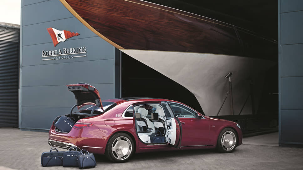 В линейке аксессуаров Maybach Icons of Luxury есть и достойные дорожные сумки, с которыми на любую яхту зайти не стыдно, и шикарные очки, чтобы эффектно смотреть на удаляющийся берег, и другие элементы красивой жизни.