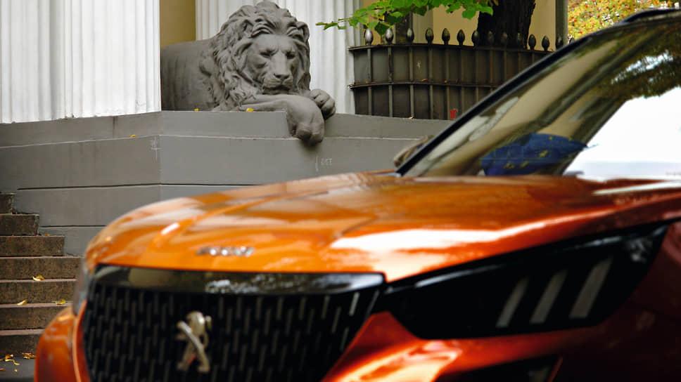 Если внимательно присмотреться, то два чугунных льва у дверей городской усадьбы владельца текстильной фабрики Грибова немного разные: один лежит с открытыми глазами, другой – с закрытыми. Особняк в Хлебном переулке построен в 1909 году по проекту Милюкова и Великовского – авторов «дома со львом» на Мясницкой. Сейчас здесь расположена резиденция посла Бельгии