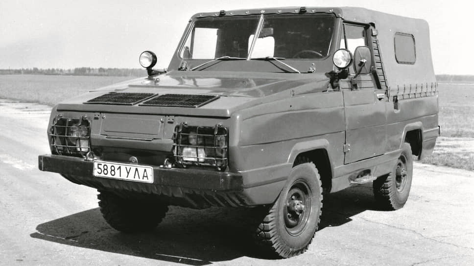 Самая необычная производная на агрегатах 469-го – амфибия 3907 по прозвищу «Ягуар». По воде машину двигала пара гребных винтов. Плавающий автомобиль зародился в семидесятых, изготовили полтора десятка образцов. Массового выпуска не случилось