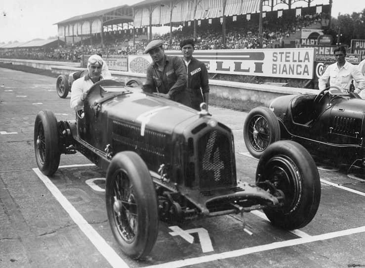 Автогонщик Антонио Бривио на Alfa Romeo 8C на старте пятого Гран-при Монцы, 1932 год. Предоставлено Fondazione Pirelli