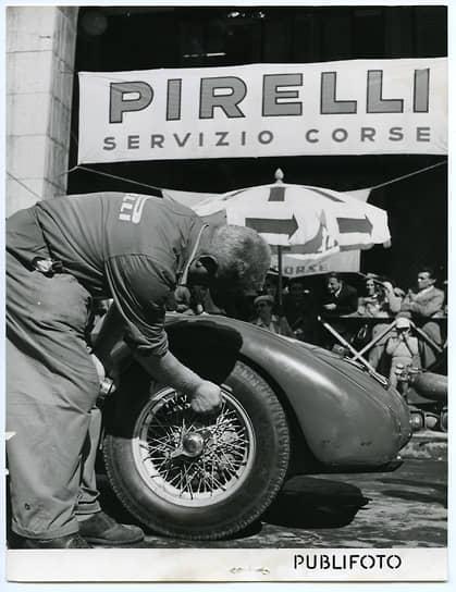 "Pirelli Course Team: механик проверяет давление в шинах Pirelli ""Aerflex"" во время гонки Mille Miglia, 1952. Предоставлено Fondazione Pirelli"
