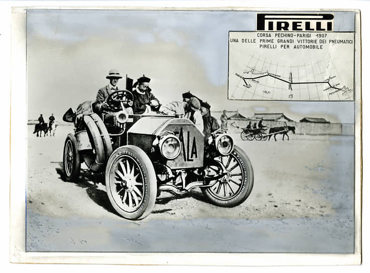 "Представители властей Китая на пассажирском месте автомобиля ""Itala"" на трассе гонки Пекин-Париж, 1907 год, предоставлено Fondazione Pirelli."