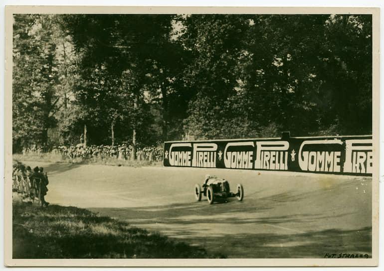 Автогонщик Гастоне Брилли-Пери на автомобиле Alfa Romeo выиграл пятый Гран-при Италии на трассе в Монце, 1925. Предоставлено Fondazione Pirelli