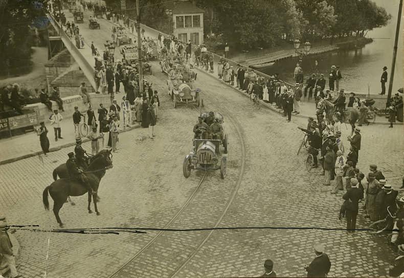 "Прибытие ""Itala"" в Париж во время гонки Пекин-Париж, 1907 год, предоставлено Fondazione Pirelli."