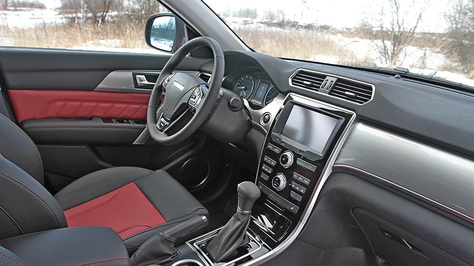 Отделка салона Haval H2 выполнена из искусственной кожи. Поясничная опора водительского сиденья с электрорегулировкой есть только в комплектации Elite, она на 50 тыс. руб. дороже, чем Lux