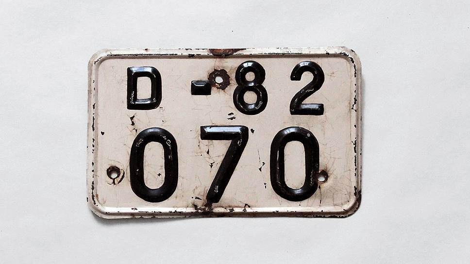 """Новый задний номерной знак для дипломатических автомобилей был введен в 1967 г. В верхней строке он имел однобуквенное обозначение серии маленькой латинской буквой """"D"""", за ним маленькие две цифры кода страны. Существовал до 1981 года"""