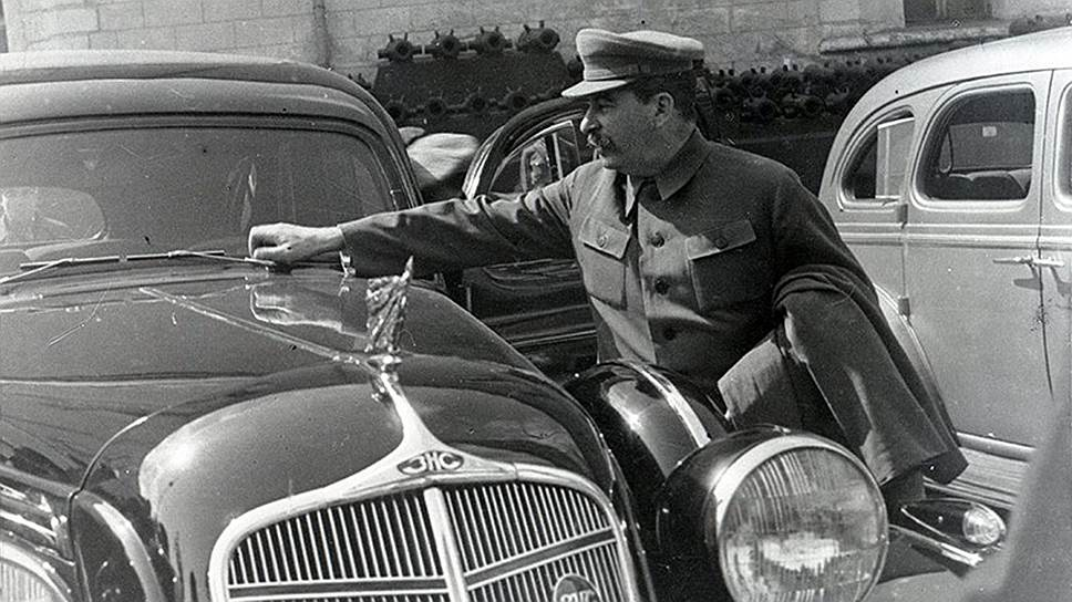 """Иосиф Сталин осматривает ЗИС-101. Первый советский серийный лимузин делали на заводе его имени, но сам «отец народов» никогда им не пользовался, предпочитая """"Паккарды"""""""
